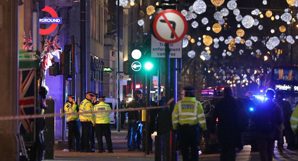 Policiers sur Oxford Street à Londres