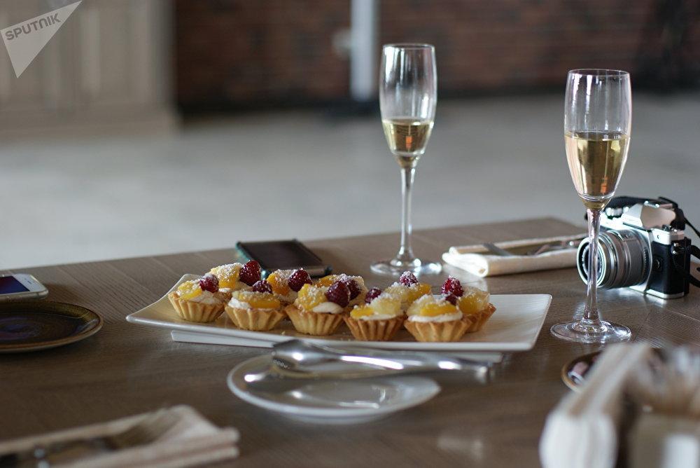 Du vin mousseux et des gâteaux