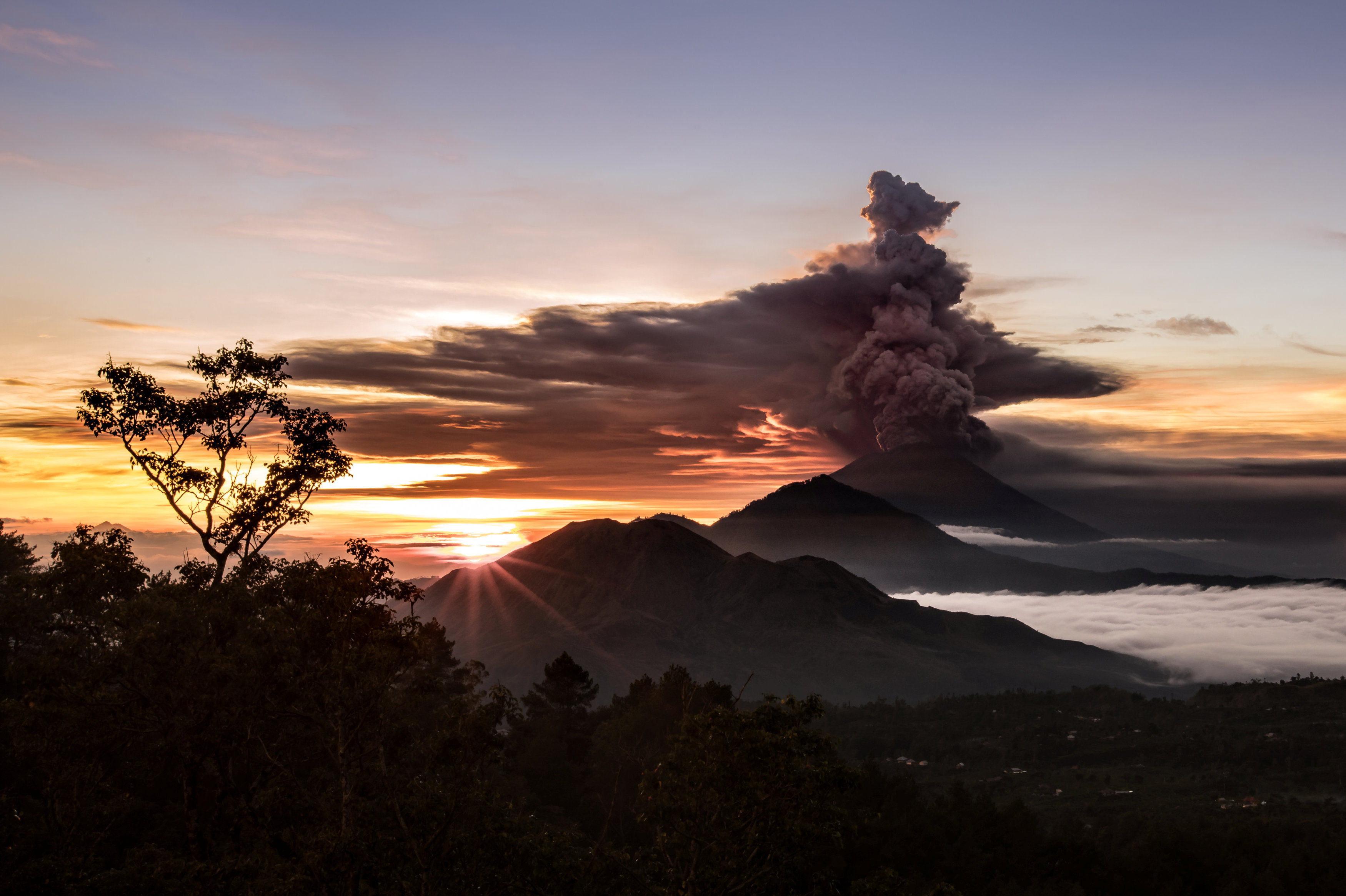 Le volcan Agung crache des cendres et de la fumée à Bali