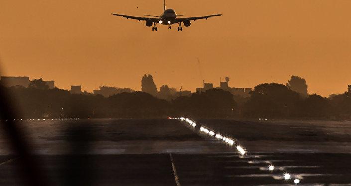 Un avion partage le ciel de l'aéroport d'Heathrow avec un météore (vidéo)