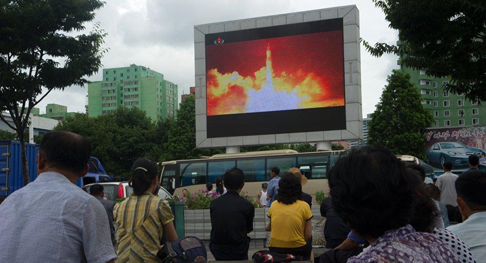 Les Nord-Coréens regardent le lancement du missile