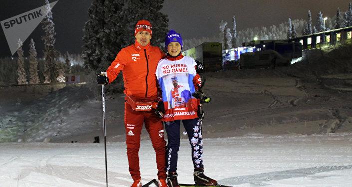 Roman Starkov, écolier de Saint-Pétersbourg, et le skieur russe Maxim Vylegzhanin