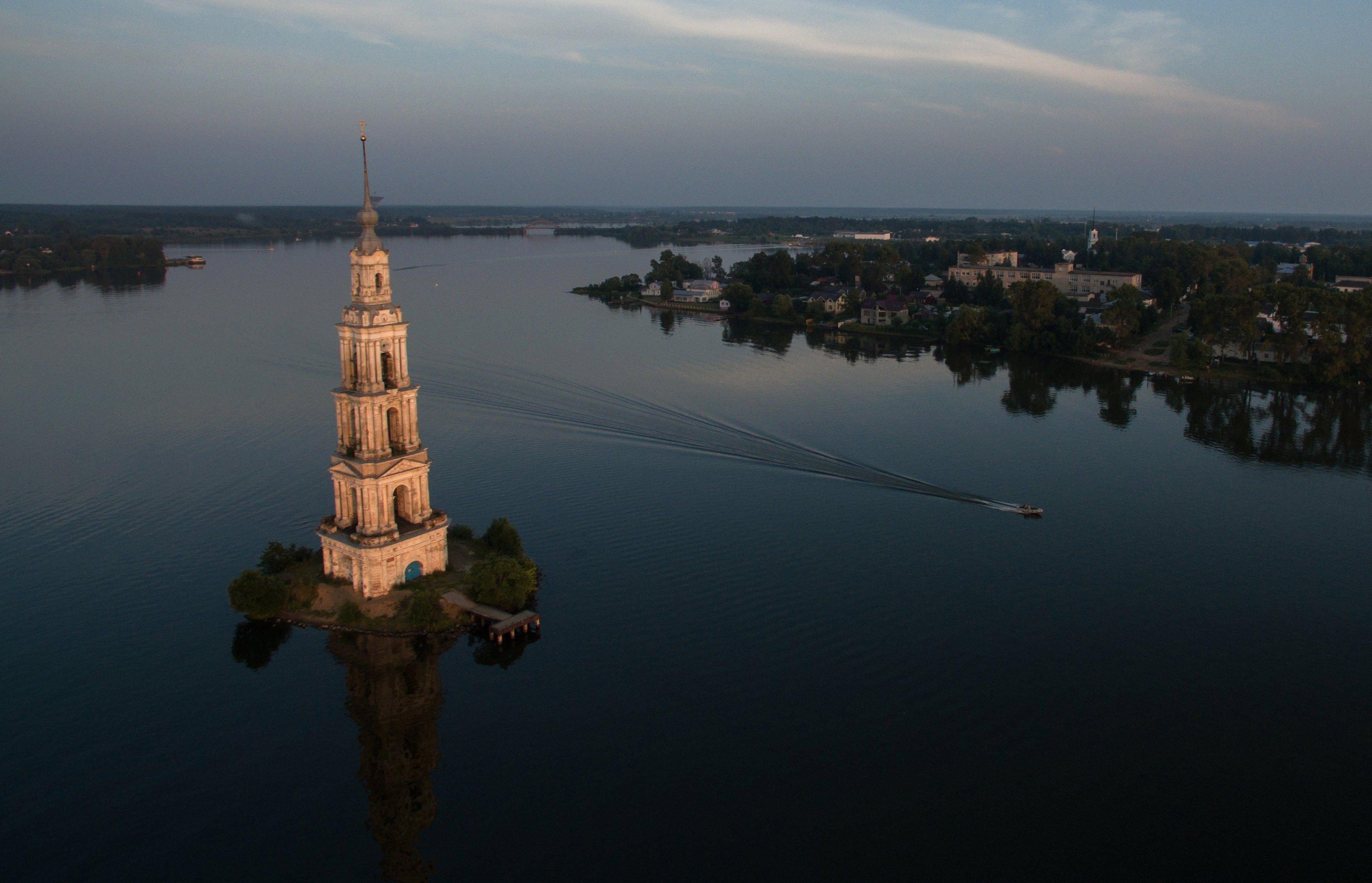 Le clocher inondé de l'église Saint-Nicolas à Kalazine