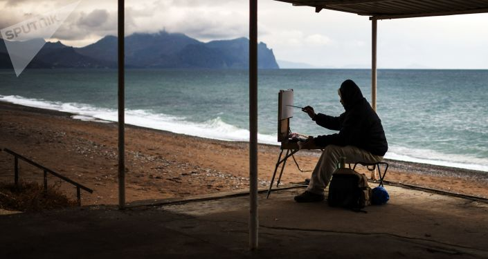 Un peintre sur une plage de Sébastopol, en Crimée