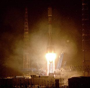 Le décollage d'un lanceur russe Soyouz 2.1b depuis Plessetsk