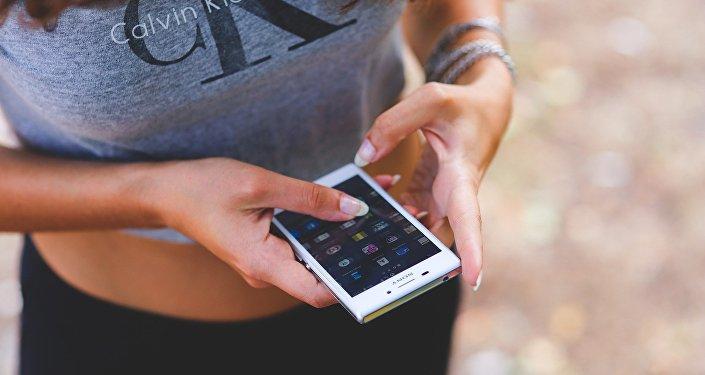 femme avec un smartphone