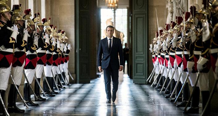Emmanuel Macron promet de rétablir le service national universel
