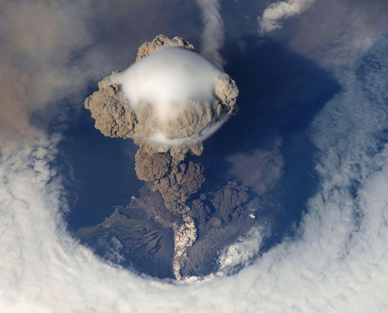 Le volcan Sarychev, sur l'île de Matoua, en éruption. Photo prise le 12 juin 2009.