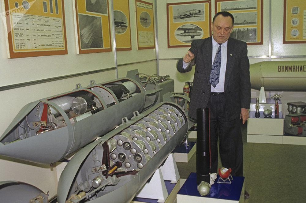 Un écorché de démonstration d'une bombe à sous-munitions