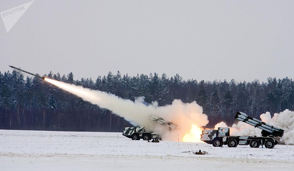 Un tir de combat des systèmes de lance-roquettes multiples BM-30 Smerch