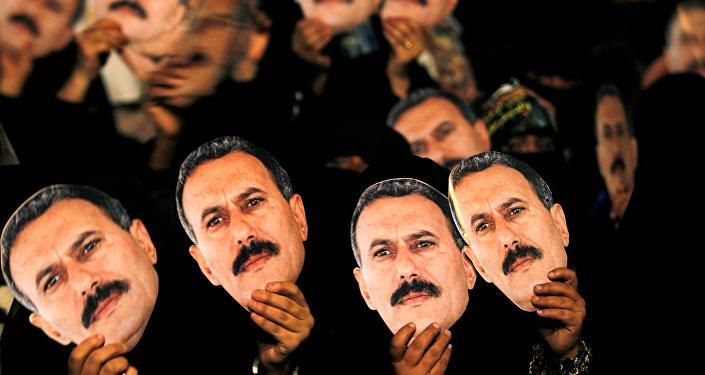 Les femmes qui soutiennent l'ancien président du Yémen, Ali Abdullah Saleh, brandissent ses portraits lors d'un rassemblement à l'occasion de son 70e anniversaire à Sanaa le 23 mars 2012