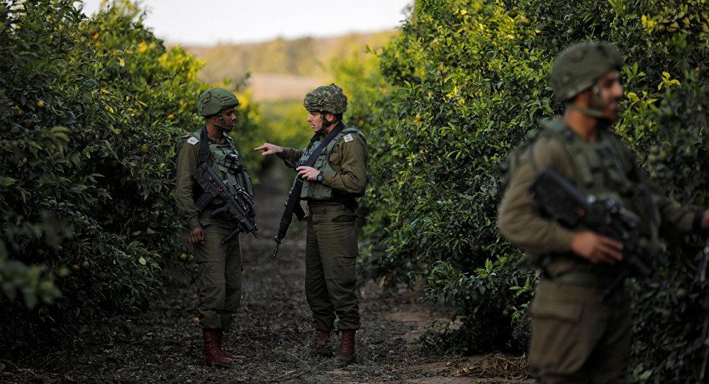 Les soldats israéliens patrouille le territoire près de la bande de Gaza