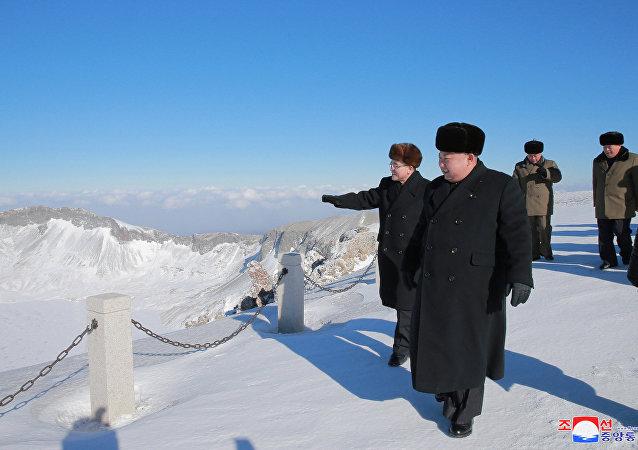 Capable de «contrôler la nature», Kim Jong-un escalade le mont sacré de Paektu