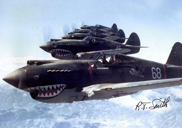 Des chasseurs américains Curtiss P-40 Warhawk survolent la Chine en 1942