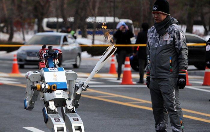 Un robot humanoïde a porté pour la première fois la flamme olympique (Vidéo)
