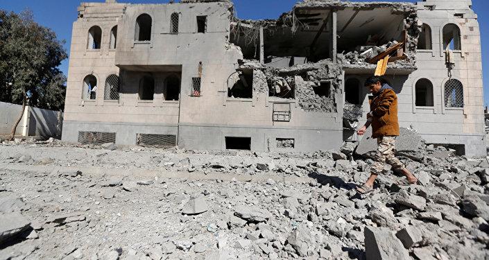Une maison détruite à Sanaa lors des frappes de la coalition dirigée par l'Arabie Saoudite