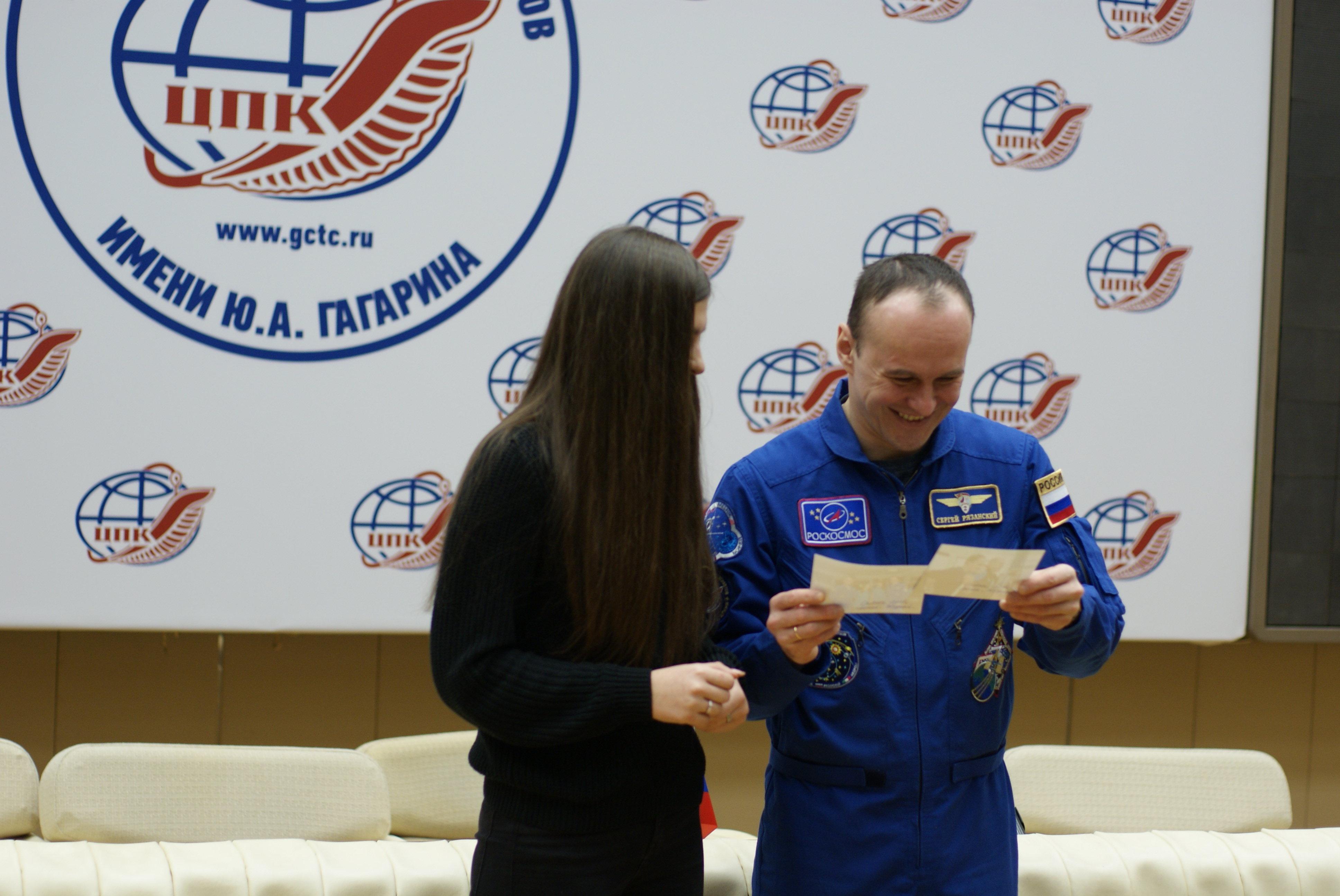 Le cosmonaute russe Sergueï Riazanski avec une étudiante