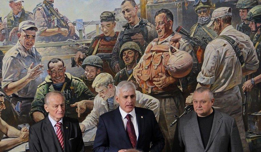 Vassili Nesterenko devant son tableau «Lettre aux ennemis de la Russie»