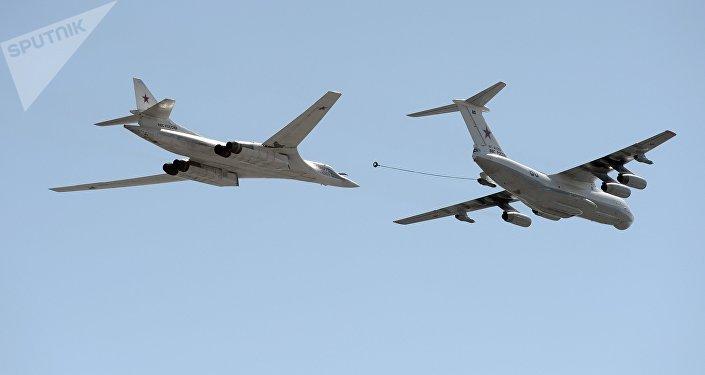 Un T-160 se ravitaillant auprès du Il-78