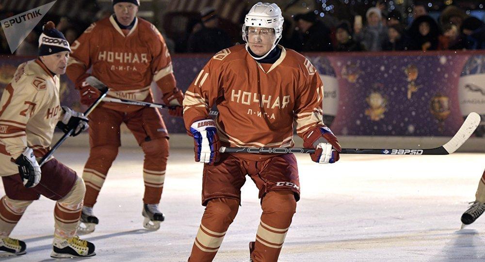 Vladimir Poutine participe à un match de la Ligue nocturne de hockey sur la Place Rouge.