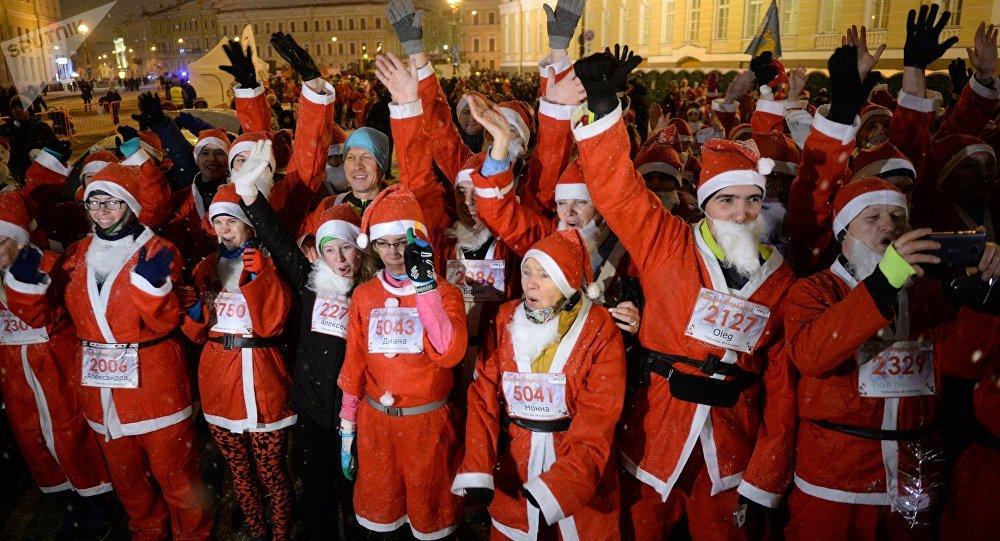 Une course de milliers de Pères Noël à Saint-Pétersbourg