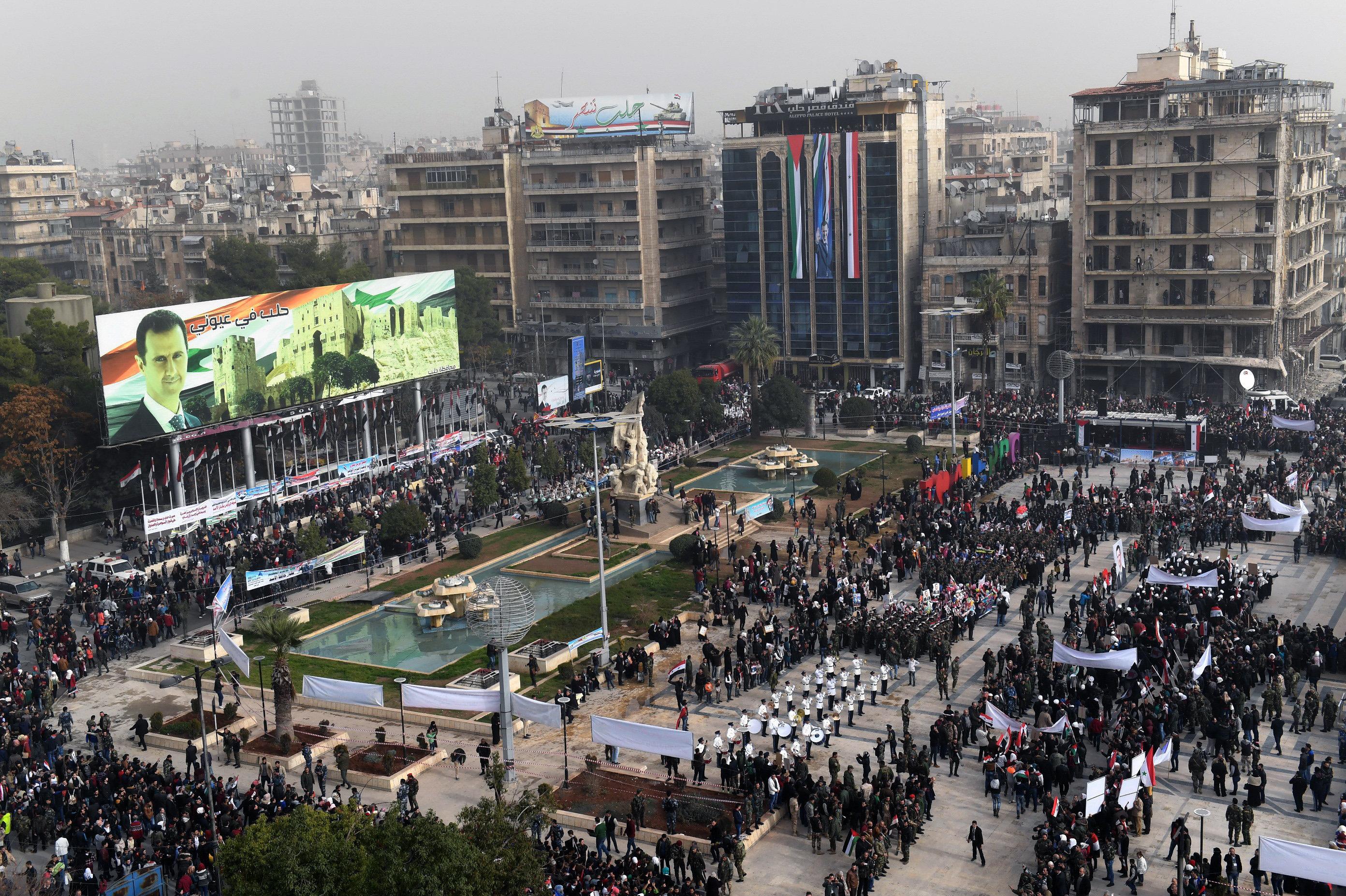 Une photo prise le 21 décembre 2017 montre une vue surélevée de la place de Saadallah al-Jabiri dans la ville syrienne d'Alep