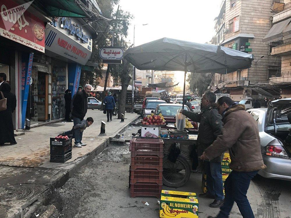 Des citoyens du district de Midan à Alep, en Syrie