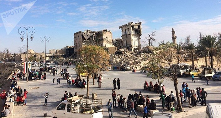 Des résidents d'une rue à Alep, en Syrie