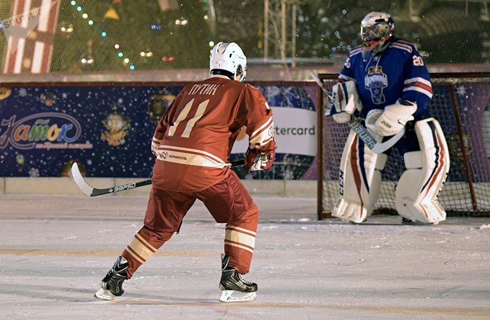 Vladimir Poutine a joué au hockey sur la place Rouge