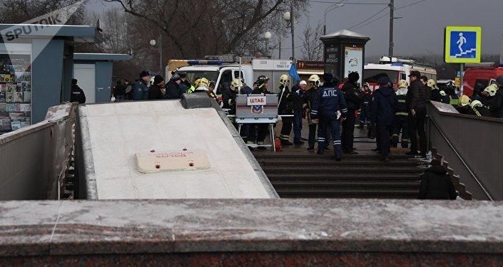 Un bus à Moscou rentre dans un passage piéton souterrain