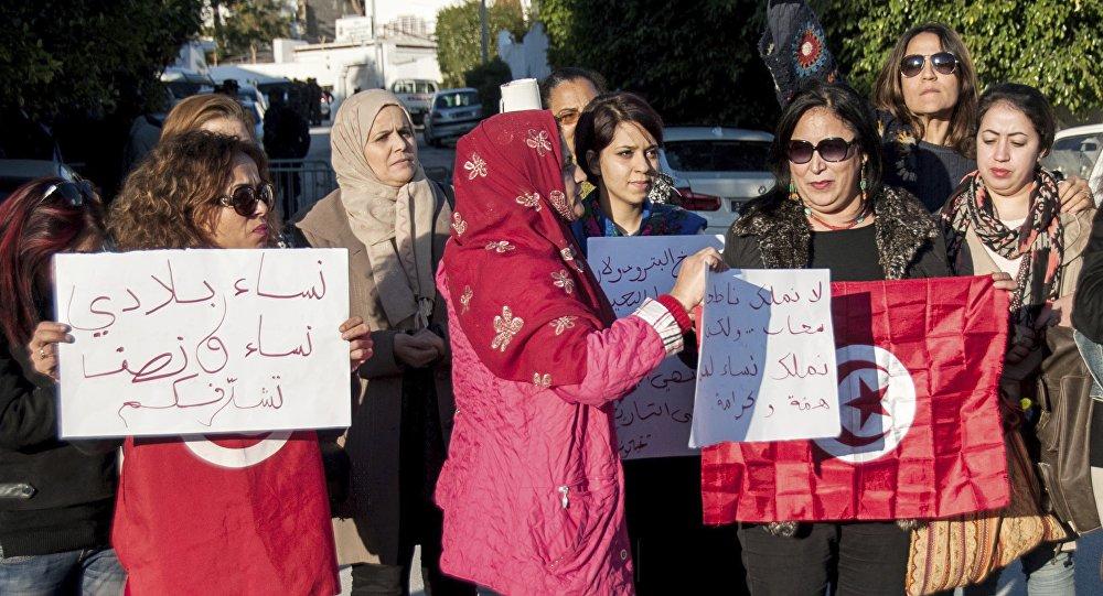 Des Tunisiennes manifestaient lundi devant l'ambassade des Emirats arabes unis à Tunis
