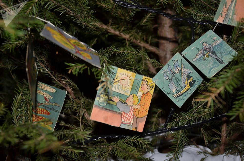 Guirlande de petites feuilles de papier illustré pour sapin de Noël