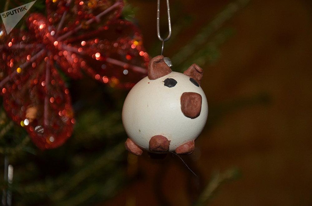 Un porc en coquille d'œuf fait maison pour sapin de Noël