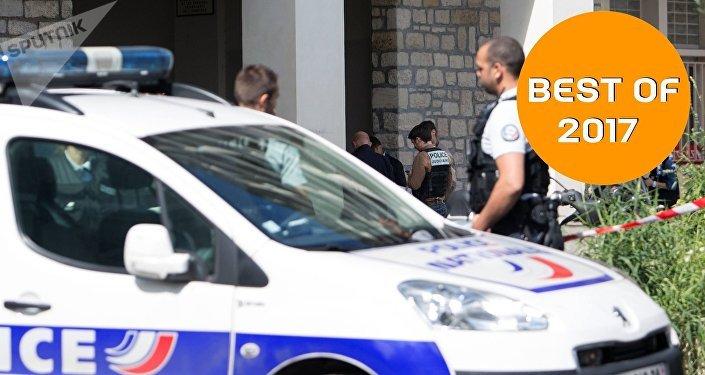 Автомобиль наехал на группу военнослужащих в пригороде Парижа