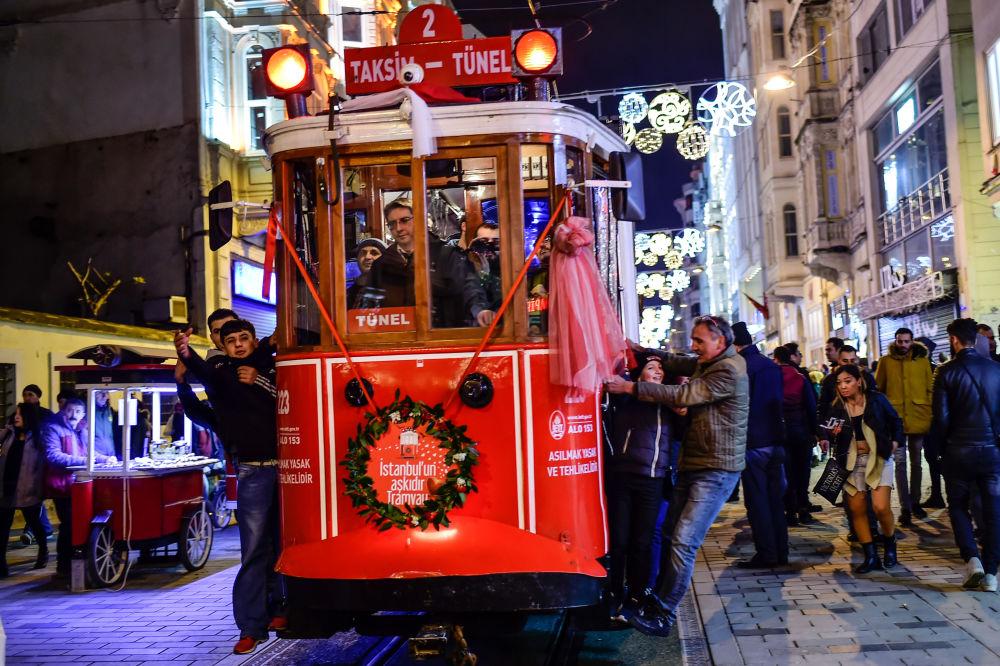 Habitants d'Istanbul dans un bus le soir du Réveillon