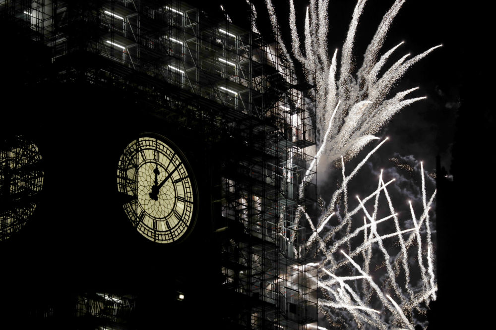 Feux d'artifice sur fond de Big Ben à Londres