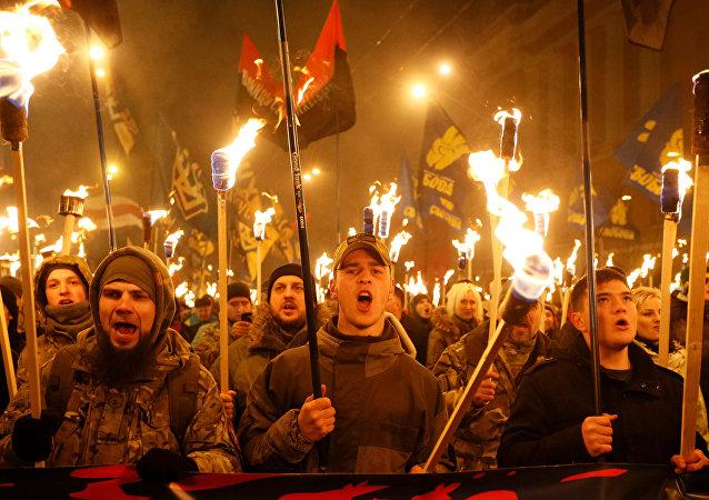 Des nationalistes défilent aux flambeaux dans le centre de Kiev