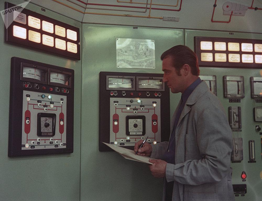 Un spécialiste devant un panneau de contrôle central d'une chaîne de production d'ammoniaque de Grodno