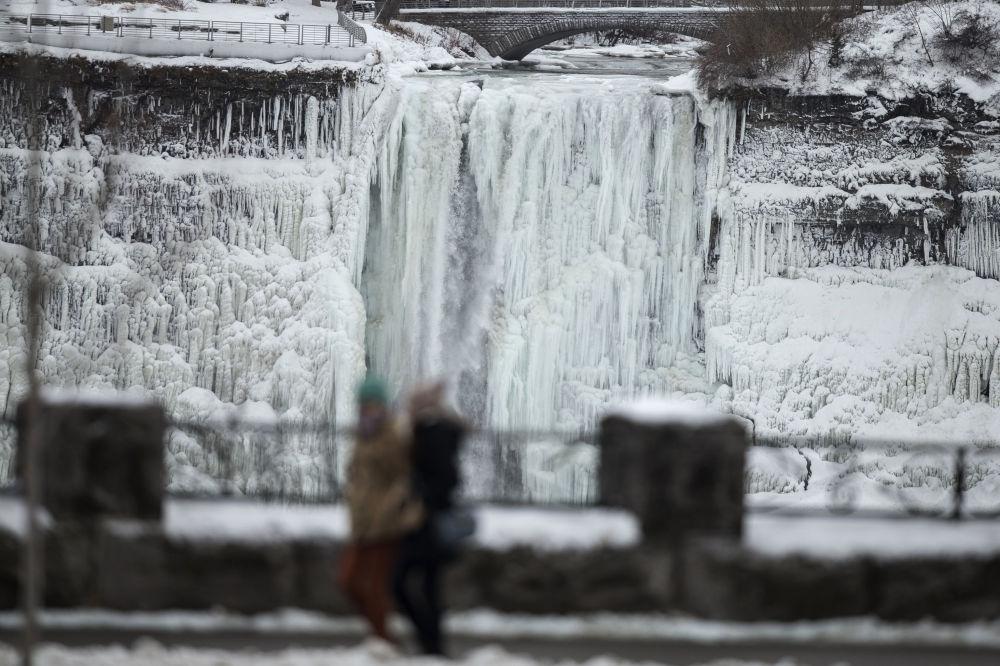 Le spectacle impressionnant des chutes gelées du Niagara