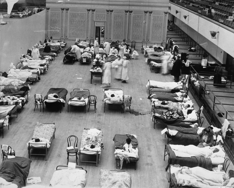 Des infirmières de la Croix-Rouge américaine soignent les patients atteints de la grippe à Oakland, 1918.