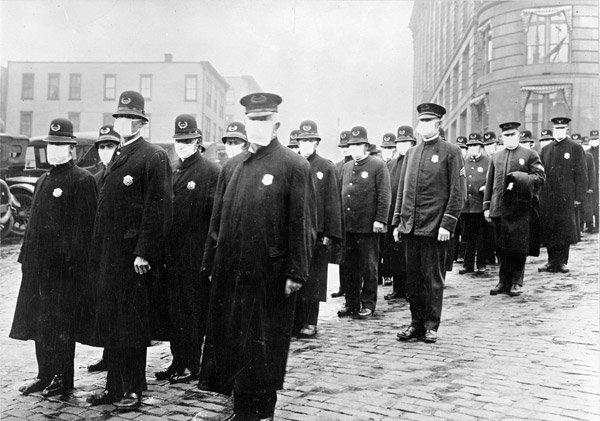 Des policiers à Seattle pendant la grippe espagnole en décembre 1918