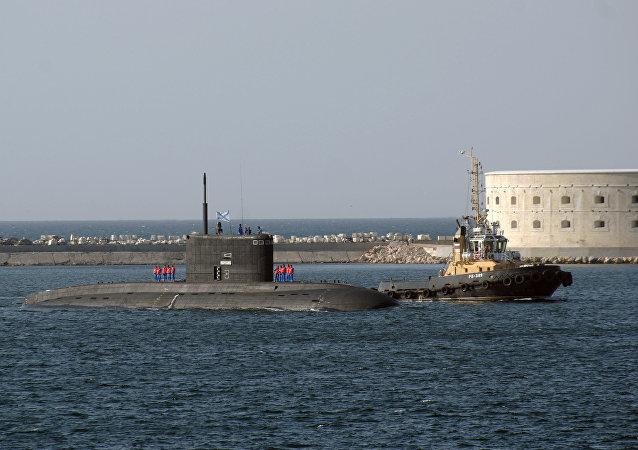 Le sous-marin Novorossiysk de la flotte de la mer Noire arrivant dans le port de Sébastopol