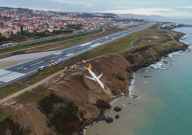 En Turquie, un avion roule hors de la piste et tombe dans un fossé