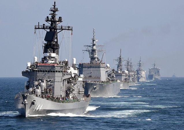 Cette image prise le 18 Octobre, 2015 montre le navire d'escorte Kurama de la Force maritime d'autodéfense japonaise avec d'autres navires au cours d'une revue de la flotte dans la baie de Sagami, préfecture de Kanagawa