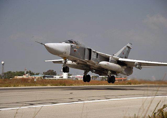 Un Su-24 décolle de la base russe de Hmeimim