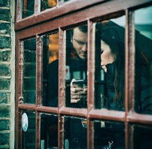 Un homme et une femme avec un téléphone