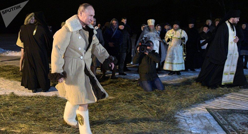 La baignade de Vladimir Poutine à l'occasion de la fête de la Théophanie