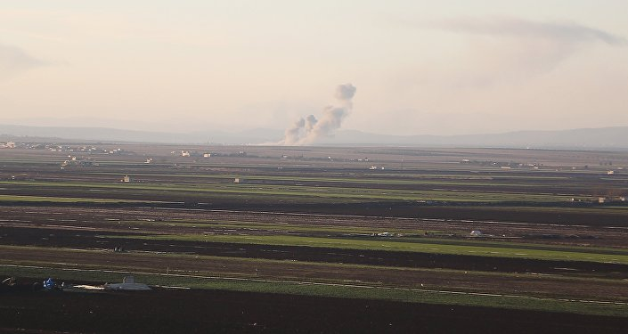 De la fumée qui s'échappe d'une position des Unités de protection du peuple kurde (YPG) dans la région d'Afrine. Le 20 janvier 2018.