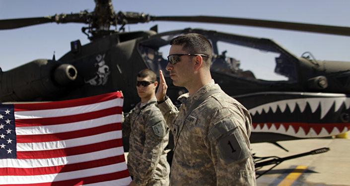 Des militaires américains et un AH-64 Apache, image d'illustration