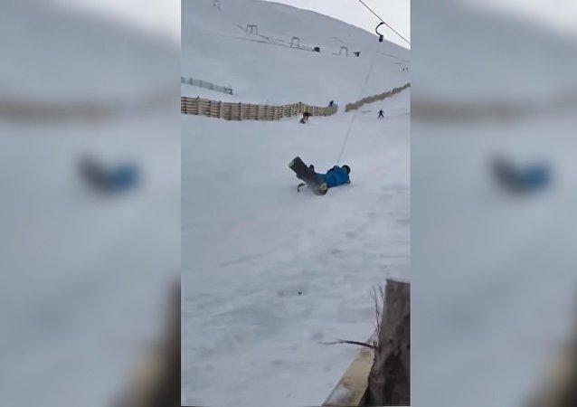Ces snowboardeurs novices ont essayé de remonter la pente, mais quelque chose a mal tourné